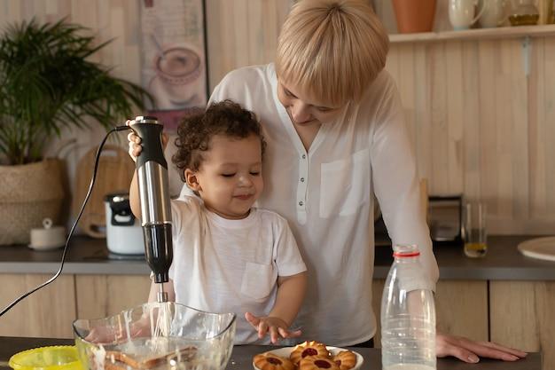 De gelukkige moeder en zoon bereiden zich voor om te eten