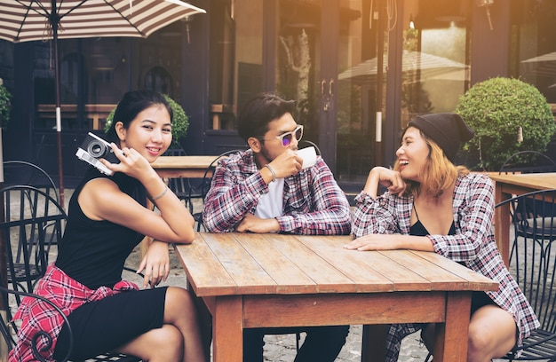 De gelukkige ontmoeting van studentenvrienden in koffierestaurant.
