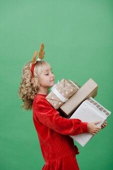 De gelukkige opgewekte doos van de holdingskerstmis van de meisjeskind.