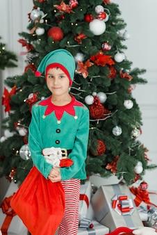 De gelukkige opgewekte doos van de kerstmisgift van de kindholding.
