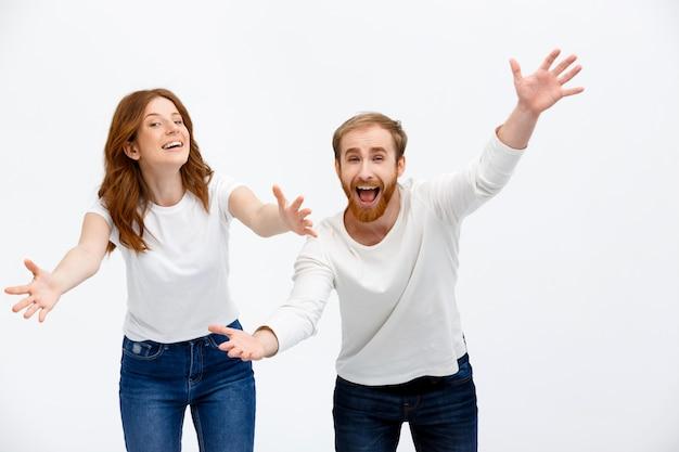 De gelukkige roodharige familie breidt handen voor omhelzing uit