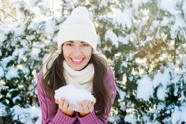 De gelukkige sneeuw van de vrouwenholding in de winterpark