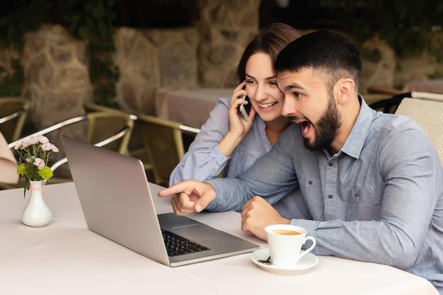 De gelukkige studenten studeren thuis. online studeren.
