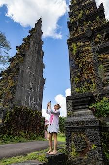 De gelukkige toeristenvrouw neemt een foto met mobiel