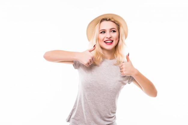 De gelukkige vrouw die duimen geven ondertekent omhoog gekleed in helder overhemd