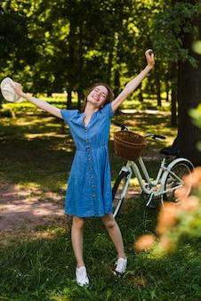 De gelukkige vrouw met dient lucht in