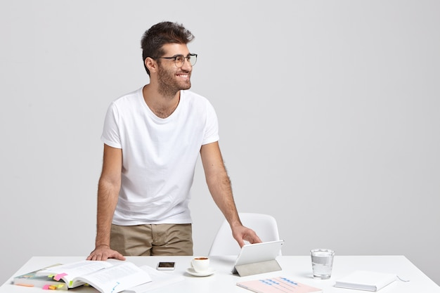 De gelukkige zakenman kijkt positief opzij