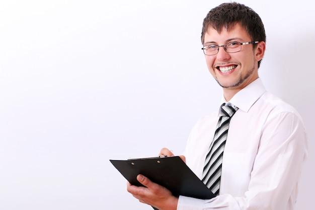 De gelukkige zakenman vult documenten