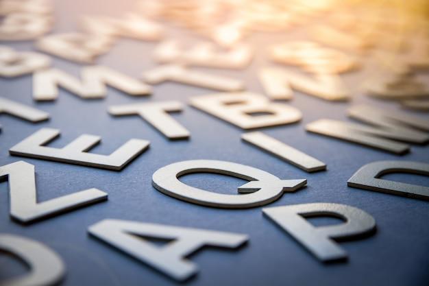 De gemengde brieven stapelen close-upfoto