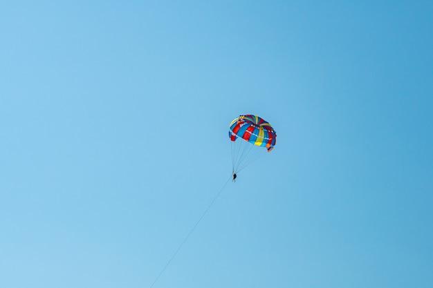 De geopereerde parachute vliegt hoog in de blauwe lucht batumi