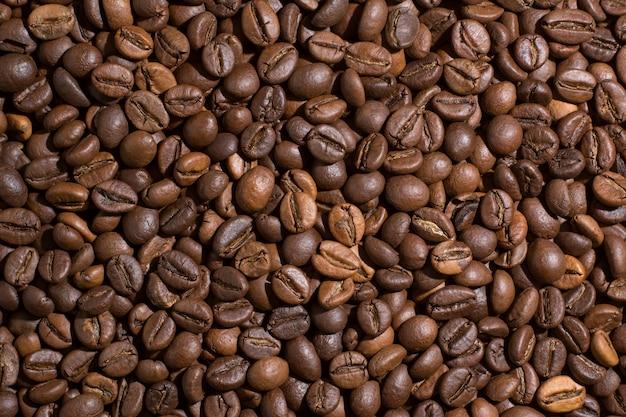 De geroosterde bruine achtergrond van koffiebonen