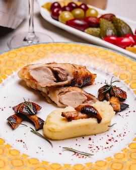 De geroosterde kip fijngestampte aardappel schiet rozemarijn sumakh zijaanzicht als paddestoelen uit de grond