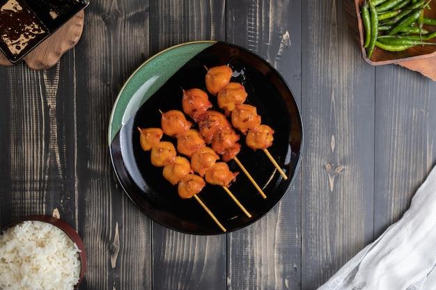 De geroosterde uiteindevleespen van de kip in thailand