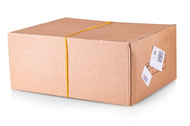 De gesloten kartonnen doos geplakt en geïsoleerd op een witte achtergrond.