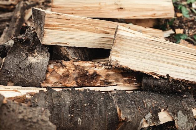 De gesneden houtblokken worden gestapeld. achtergrond afbeelding.