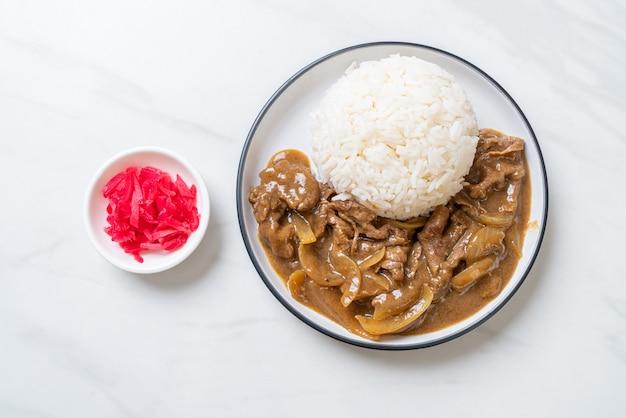 De gesneden rijst van de rundvleeskerrie