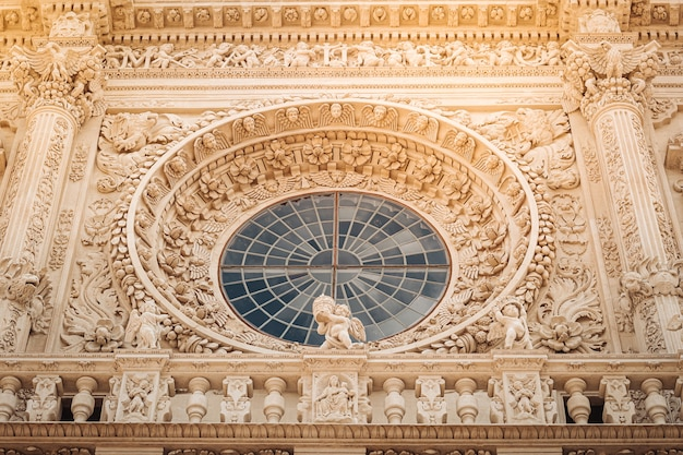 De gevel van de basiliek van santa croce in zuid-italië.