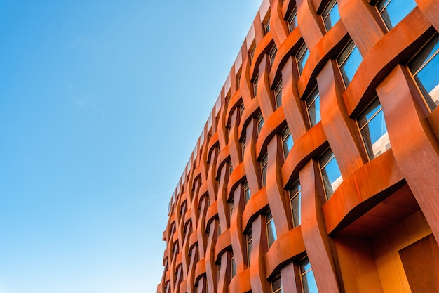 De gevel van een stijlvol bedrijfsgebouw met moderne architectuur tegen een blauwe lucht