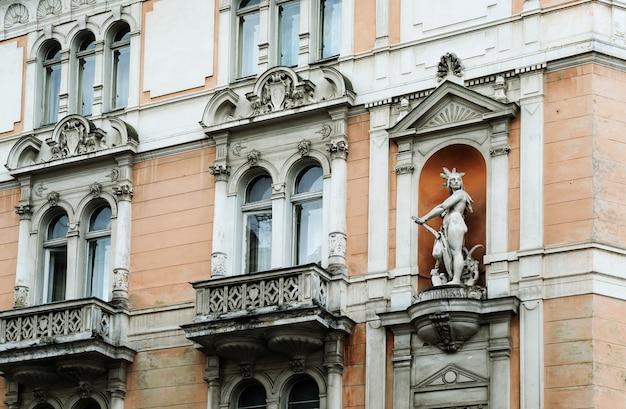 De gevel van het art nouveau house. het huis heeft balkons en een indiaan beeld.