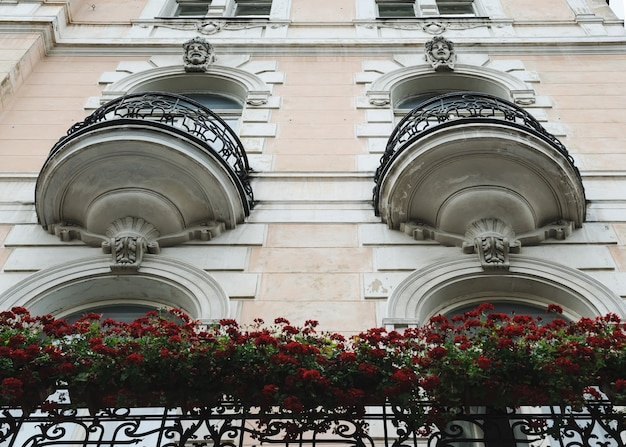 De gevel van het gebouw met balkons in art nouveau-stijl. onderaanzicht