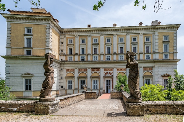 De gevel van villa farnese, een vijfhoekig herenhuis in de stad caprarola in de provincie viterbo, noord-lazio, italië