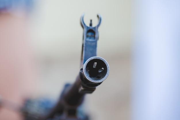De geweerloop met een vizier gebruik van wapens tijdens oorlogsschieten