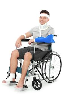 De gewonde jonge mens zit in rolstoel