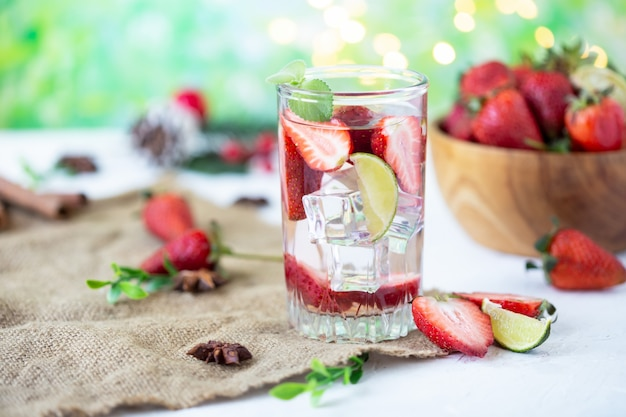 De gezonde verfrissende limonade van energie ijskoude aardbeien met kalk