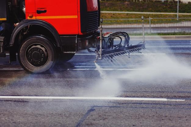 De gietmachine wast de weg