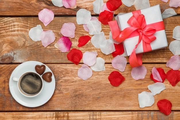 De gift en de koffie van de valentijnskaartendag op houten