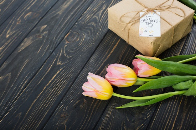 De giftdoos en tulpen van de moeder` s dag
