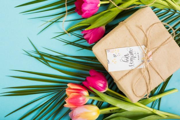 De giftdoos van de moeder` s dag met bloemen