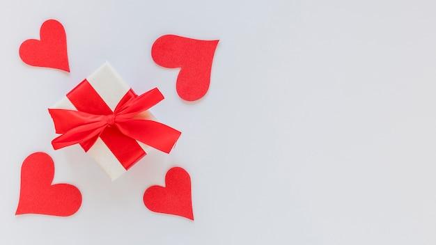 De giftdoos van de valentijnskaartendag met boog en exemplaarruimte
