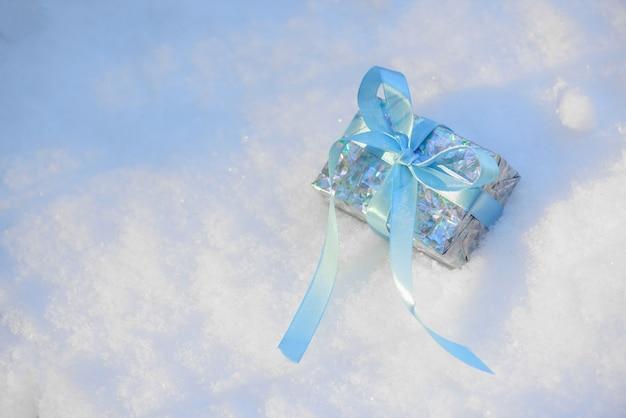 De giftroze van kerstmis met boogdoos op blauwe achtergrond.