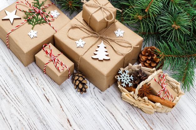 De giftvakjes van kerstmis en sparrentak met mand op houten lijst