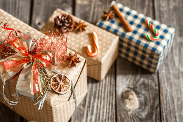 De giftvakjes van kerstmis op houten lijst