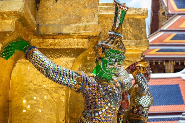 De gigantische smaragdgroene boeddhatempel van thailand