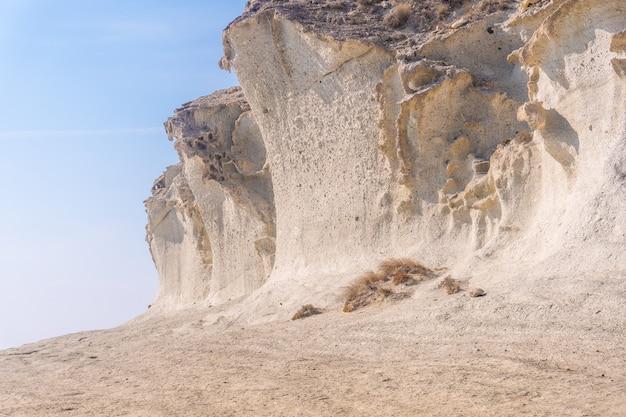 De gigantische witte rotswanden bij cala de enmedio in het natuurpark cabo de gata, nijar, andalusië. spanje, middellandse zee