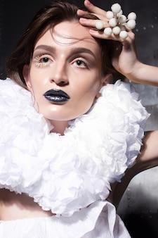 De glamourportret van de mooie vrouw met nat kapsel en halloween-samenstelling.