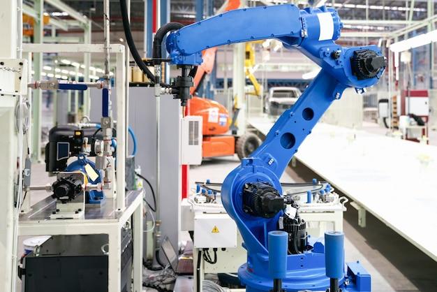 De glasafdichting van de robot wacht op een nieuw product in de slimme fabriek voor auto's.