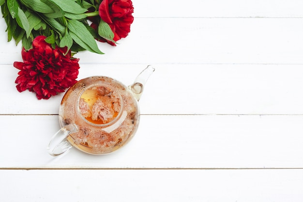 De glasketel aftreksel met verse bloemen sluit omhoog