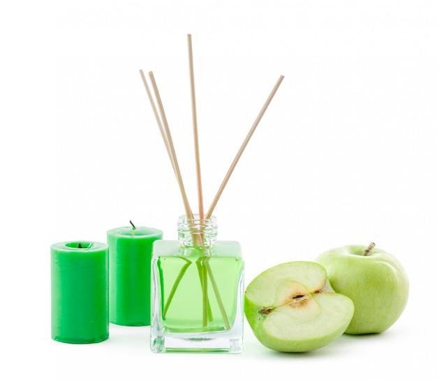 De glazen fles in de kamer ruikt groen chemisch product