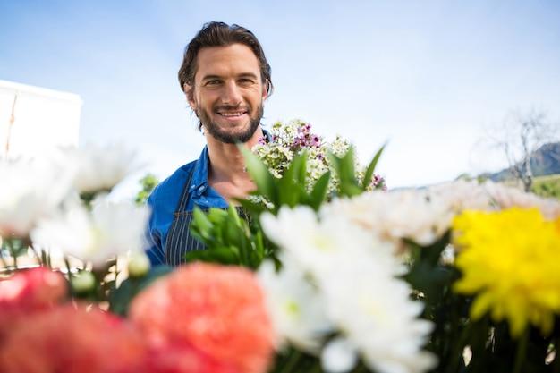 De glimlachende bos van de bloemist van de bloemistholding in bloemistwinkel