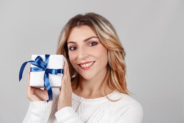 De glimlachende jonge gift van de vrouwenholding