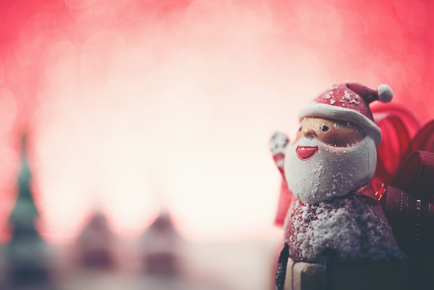 De glimlachende kerstman met vage achtergrond