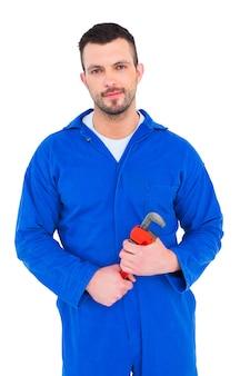 De glimlachende mannelijke mechanische moersleutel van de holdingsaap