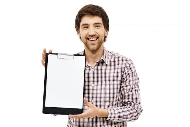 De glimlachende mannelijke werknemer introduceert grafiek op klembord