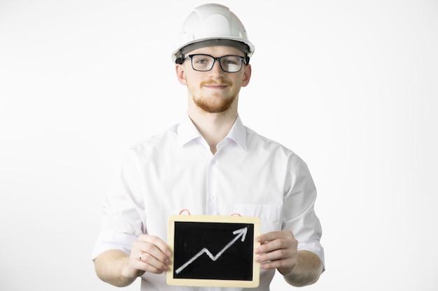 De glimlachende mijnbouwingenieur bekijkt het teken van de cameraholding met omhooggaande pijl