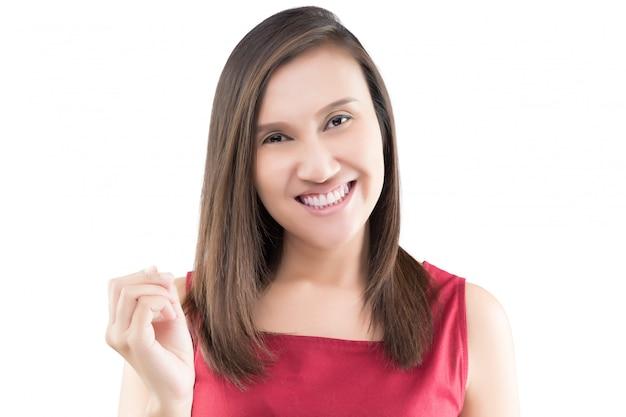 De glimlachende witte creditcard van de vrouwengreep die op witte achtergrond wordt geïsoleerd