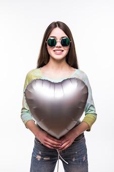 De glimlachvrouw van de schoonheid met geïsoleerde ballon